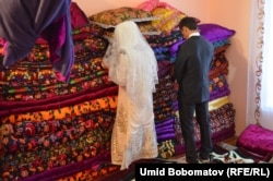 Жас жұбайлар Ануар Алиев пен Наргиз некелескен күні рәсім-жоралғыны орындап тұр.