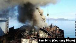 Облако дыма над доками в российском городе Вилючинске на Камчатке. 29 апреля 2016 года.