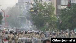 نیروهای ضد شورش در یکی از خیابان های تهران