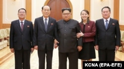Лидер Северной Кореи (в центре) с членами северокорейской делегации, побывавшей на Олимпийских играх в Пхенчхане. 12 февраля 2018 года.
