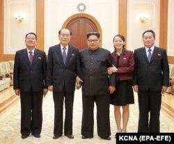 خواهر و برادر (نفر دوم و سوم از راست) در کنار دیگر سران کره شمالی پیش از افتتاحیه المپیک زمستانی در کره جنوبی که آغازگر تحولات مهم بعدی بود.