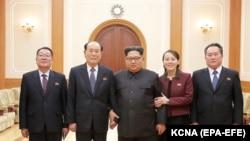 Лидер Северной Кореи (в центре) с членами северокорейской делегации, побывавшей на Олимпийских играх в Пхёнчхане. 12 февраля 2018 года.