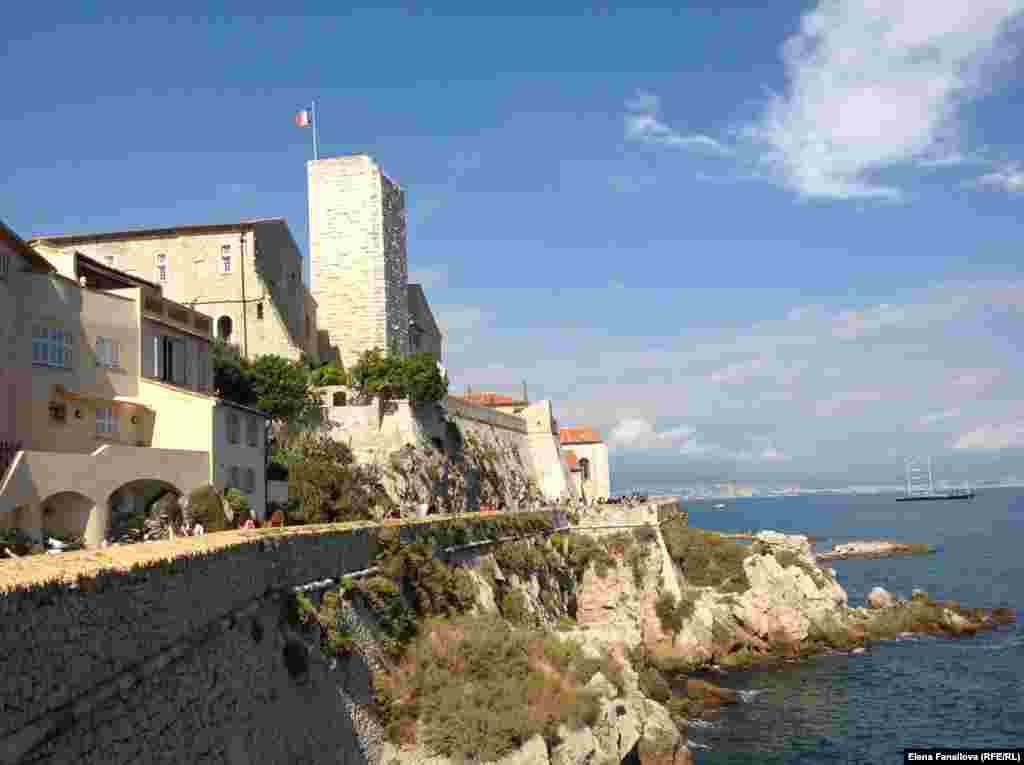 Замок Гримальди. Старая часть города, бывшее военное поселение. Замок построен в XII веке.