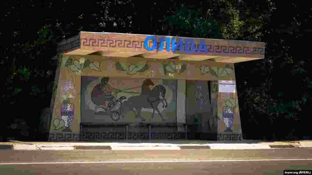 На остановке в Оливепо направлению в Севастополь– древнегреческая колесница, амфоры и виноградная лоза