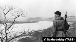 Советский пограничник на берегу реки Уссури в районе острова Даманский