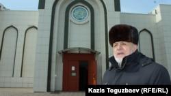 Илез Осканов мешіттің алдында тұр. Алматы, 20 ақпан 2018 жыл