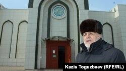 72-летний житель Алматы Илез Осканов у входа в мечеть. Алматы, 20 февраля 2018 года.
