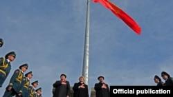 Қырғызстан президенті Алмазбек Атамбаев (ортада). Бішкек, 3 наурыз 2012 жыл.