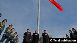 Президент Кыргызстана Алмазбек Атамбаев (в центре). Бишкек, 3 марта 2012 года.