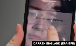Një person duke përdorur një aplikacion për gjurmimin e koronavirusit në Australi.
