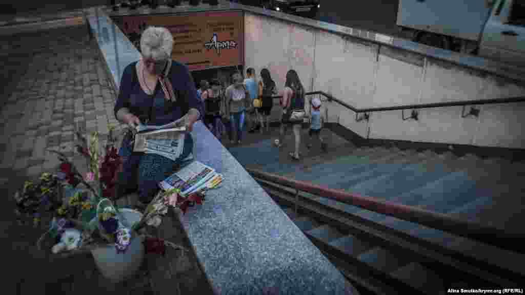 Женщина торгует у перехода в центре Симферополя