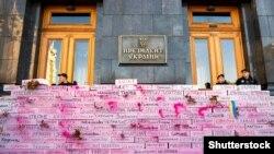 Активісти «Руху опору капітуляції» виступили проти так званого «розведення сил» і встановили біля Офісу президента України інсталяцію з переліком населених пунктів «сірої зони» на Донбасі. Київ, 14 жовтня 2019 року