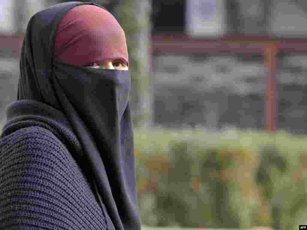Европейский суд по правам человека (ЕСПЧ) оставил в силе запрет на ношение мусульманками во Франции головного убора – никаба, закрывающего лицо. Действующий с 2011 года запрет пыталась обжаловать в суде в Страсбурге одна из 24-летних француженок. Женщина отмечала, что при необходимости готова открывать лицо, в частности, во время проверок, проводимых службами безопасности. Такие проверки сторонники запрета использовали как один из главных аргументов в пользу принятия закона. За его нарушение во Франции предусмотрен штраф размером до 150 евро. Вслед за Францией подобные меры были введены в Бельгии и Швейцарии. Возможность запрета обсуждают власти ряда районов Италии, а также Нидерландов.