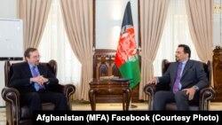 ادریس زمان سرپرست وزارت خارجۀ افغانستان و جان بس سفیر امریکا در کابل در بارۀ پروسۀ صلح افغانستان بحث کردند.