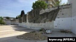 Територія обеліска в Севастополі