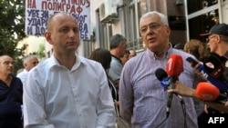 Demokratik fronty atly oppozision topara girýän kanun çykaryjylar Andrija Mandiç (s) we Milan Knezewiço (ç) sud jaýynyň öňünde, Podgorisa, 20-nji iýul, 2017.