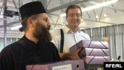 Отец Андрей и Герман Маршан с подписными листами