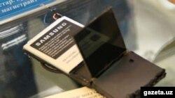 Сирожиддин ихтиро қилган телефон бир қарашда ҳар хил мобил телефонлардан йиғилган қўлбола ускунага ўхшаб кетади.