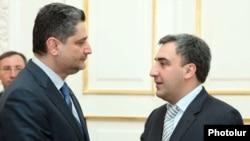 Премьер-миристр Армении Тигран Саргсян (слева) принимает главу правительства Грузии Нику Гилаури, 26 января 2010 г.