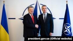 Президент України Петро Порошенко (ліворуч) і генеральний секретар НАТО Єнс Столтенберґ. Брюссель, 13 травня 2019 року