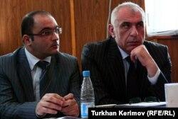 Э.Фатуллаев (слева) и его адвокат Исахан Ашуров в суде, Баку, 7 мая 2010