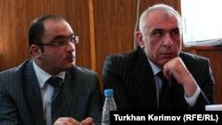 Eynulla Fətullayev və İsaxan Aşurov məhkəmə prosesi zamanı 7 may 2010