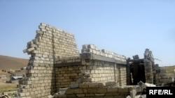 Bakı yaxınlığında uçurulmuş qeyri-qanuni tikili. 6 avqust 2009