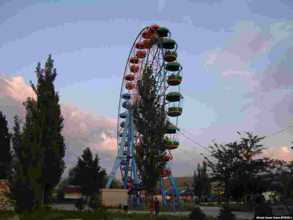Летний Бишкек - Вечером городские парки и скверы заполняются горожанами, которые спасаются от жары и духоты. Больше всего отдыхающих у Южных ворот Бишкека, где, несмотря на редкие деревья чувствуется горная прохлада.