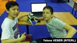 Участники фестиваля робототехники — школьники из Астаны Саламат Куанганов и Егор Кадацких, представившие свою совместную работу — робота-сумо. Караганда, 22 апреля 2017 года.
