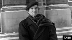 Рудольф Нуриев Башкорт дәүләт опера һәм балет театры каршында. 1987 ел.