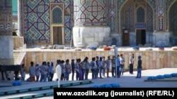 """Подготовка к фестивалю """"Шарк Тароналари"""" на площади Регистан. Самарканд, 19 июля 2015 года."""