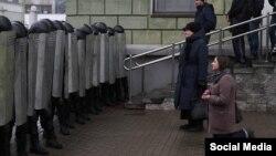 Բելառուս - Բուժքույրը ծնկաչոք աղոթում է ոստիկանական պատի առաջ, Մինսկ, 25-ը մարտի, 2017թ