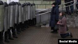 Мэдсястра Людміла моліцца перад шарэнгай міліцыянтаў 25 сакавіка 2017 году. Здымак Марыі Ральскіце