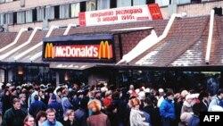 """""""Мак Дональдстын"""" алдында кезек күткөндөр, 31-январь, 1990-жыл"""