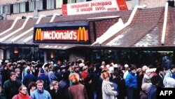 In January 1990 Muscovites stood in line for hours to enter the first and the busiest McDonald's restaurant in the world on Pushkin Square in Moscow.