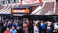 """Очередь из москвичей и гостей столицы у первого ресторана """"Макдоналдс"""" в Москве 31 января 1990 года. Это был крупнейший """"Макдоналдс"""" в Европе."""