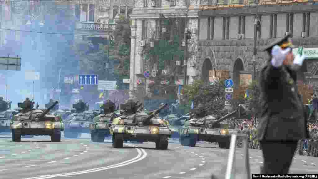 Танки Т-64 їдуть Хрещатиком