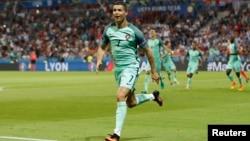 Պորտուգալացի Ռոնալդուն Ուելսի հավաքականի դարպասը գրավելուց հետո, Լիոն, 6-ը հուլիսի, 2016թ.