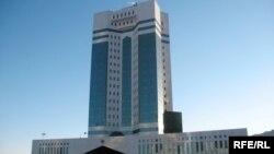 У здания правительства в Астане.