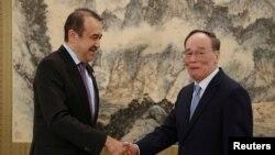 Глава комитета национальной безопасности Казахстана Карим Масимов (слева) и вице-председатель Китая Ван Цишань на встрече в Пекине, 8 апреля 2019 года.