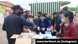 В Юнусабадском районе Ташкента нуждающимся гражданам раздают продукты питания.