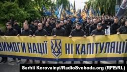 Фоторепортаж: «Азов» палив фаєри біля Верховної Ради