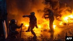 Протестующие кидают в сторону милиции бутылки с зажигательной смесью. Киев, 22 января 2014 года.