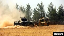 Архивска фотографија: Турски тенкови на границата со Сирија на 23 август 2016