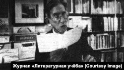 """Валерий Перелешин читает стихи в книжном магазине """"Де Трибюне"""" в Маастрихте, Нидерланды, 17 мая 1986 г."""
