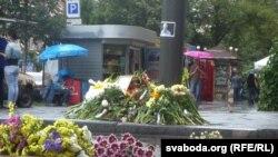 Люди несут цветы к месту убийства Павла Шеремета.
