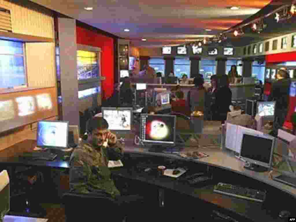 Journalists at the private TV channel Rustavi 2 were at work in their newsroom in Tbilisi on November 8, 2007. Rustavi 2 said good-bye to its audience and promised to return in two weeks. Camouflaged police patrolled the Georgian capital and news programs were shut down at the start of the state of emergency.(AFP photo)
