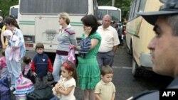 Беженцы с южноосетинских территорий прибывают и во Владикавказ, и в Тбилиси