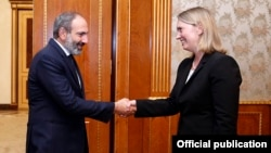 Armenia - Prime Minister Nikol Pashinian meets with U.S. Deputy Assistant Secretary of State Bridget Brink in Yerevan, 28 May 2018.