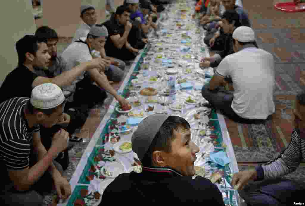 Трудовые мигранты на праздничной трапезе во время празднования Рамадана. 2011.